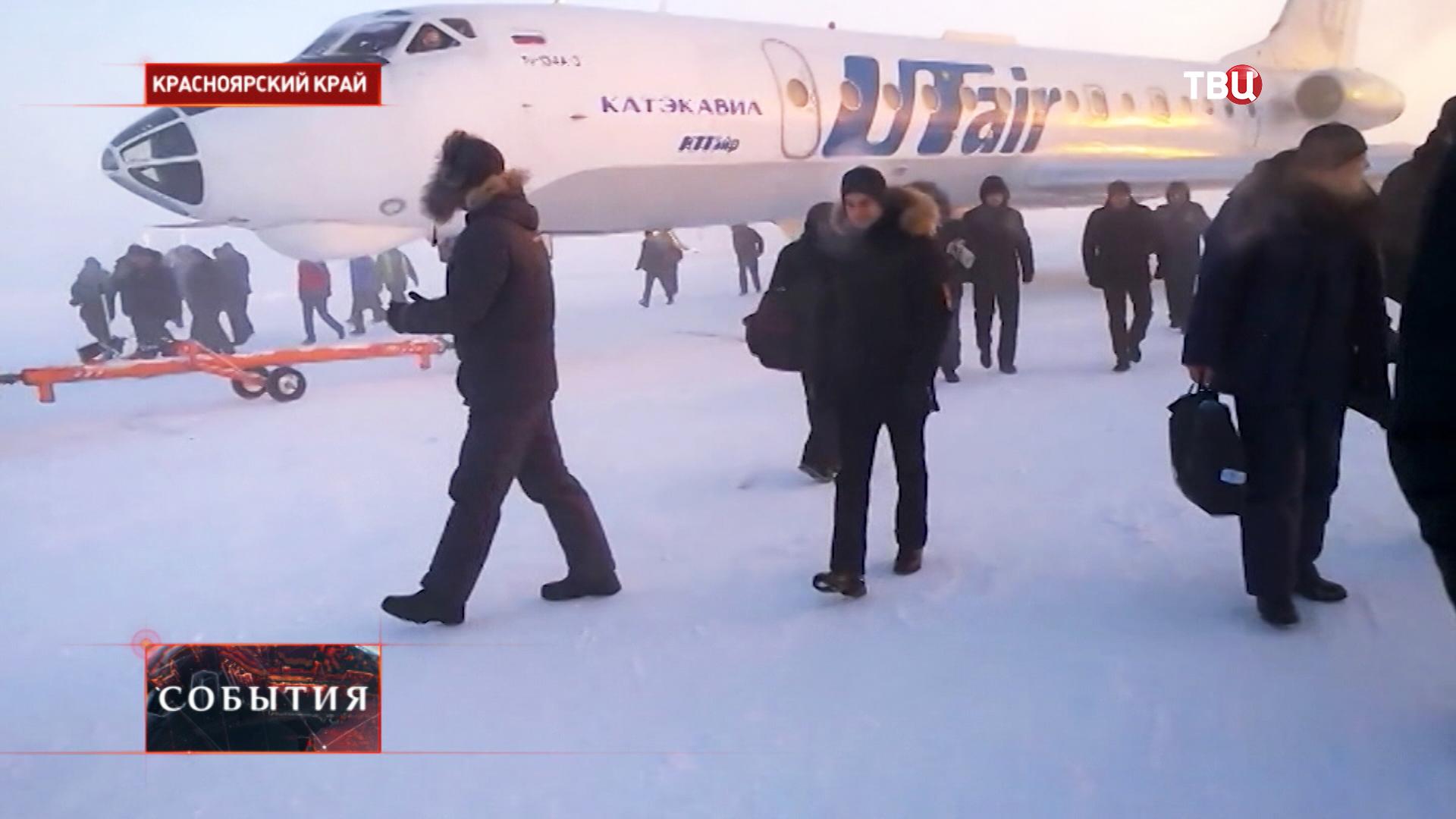 Примёрзший к ВПП Ту-134