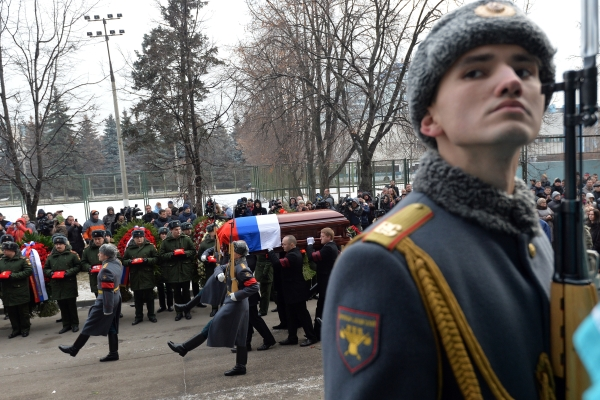 Вынос гроба с телом советского хоккеиста, заслуженного тренера СССР Виктора Тихонова после окончания церемонии прощания