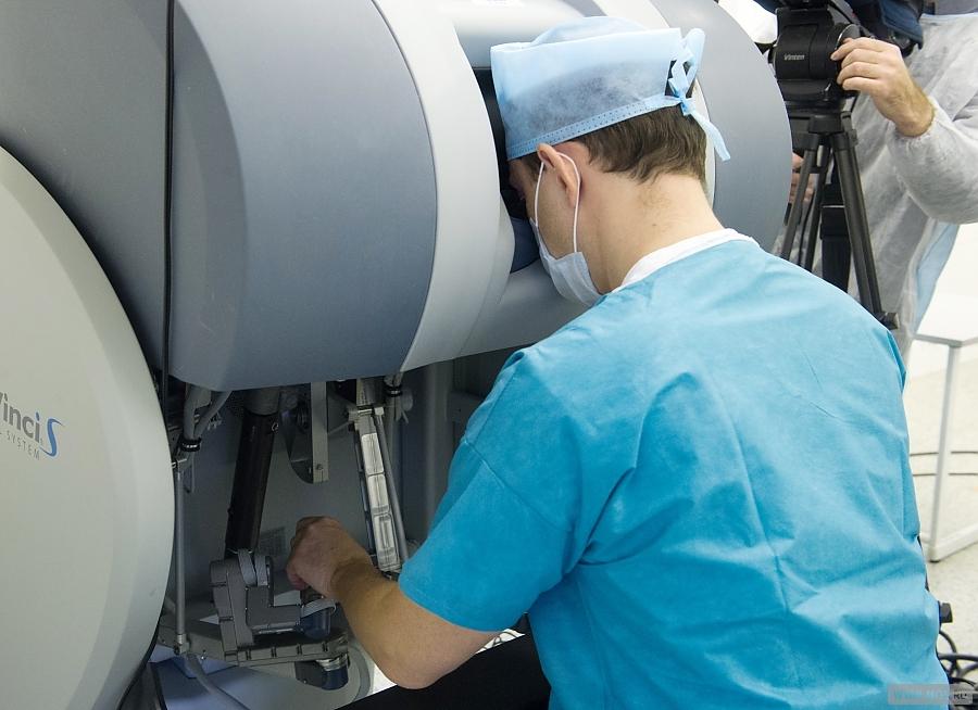 Врач делает операцию в горбольнице №50
