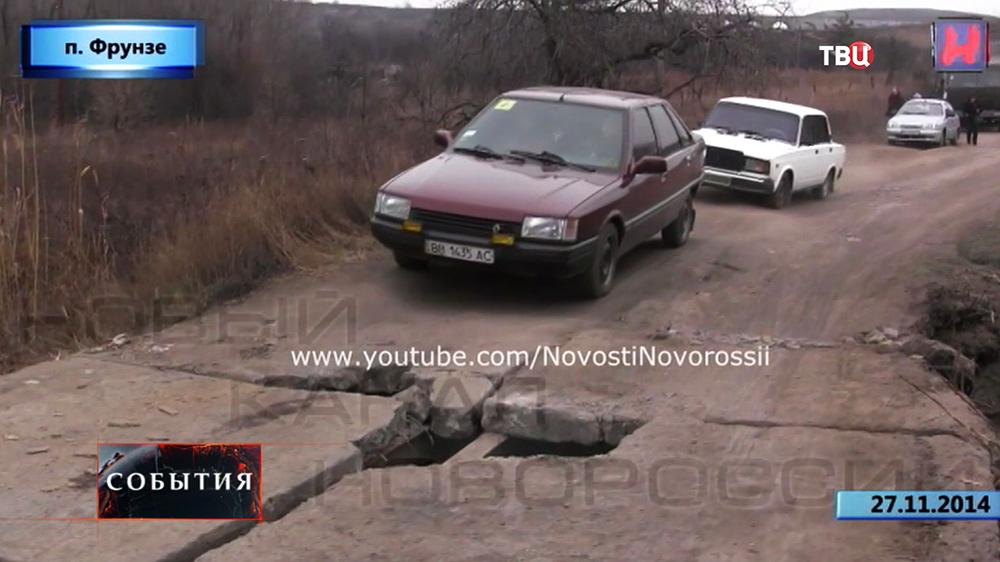 Разбитая дорога в поселке Фрунзе