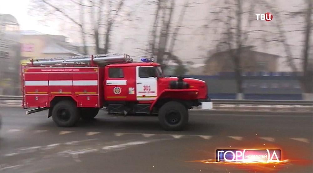 Пожарная машина спешит к месту возгорания