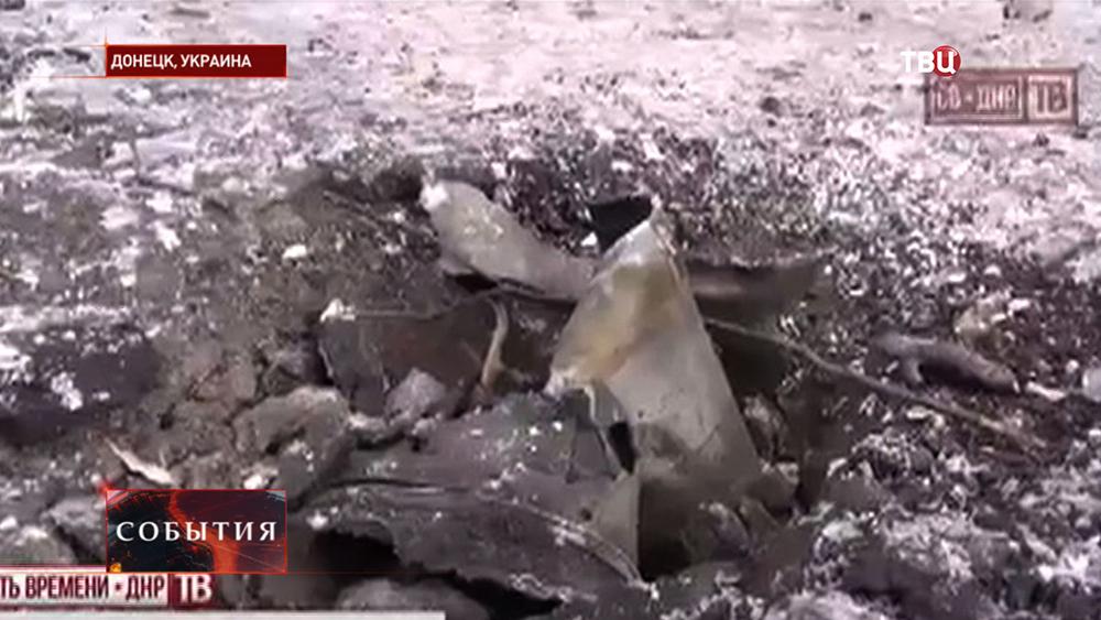 Воронка от снаряда в Донецке