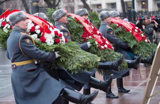 Церемония возложения венков и цветов к вечному огню