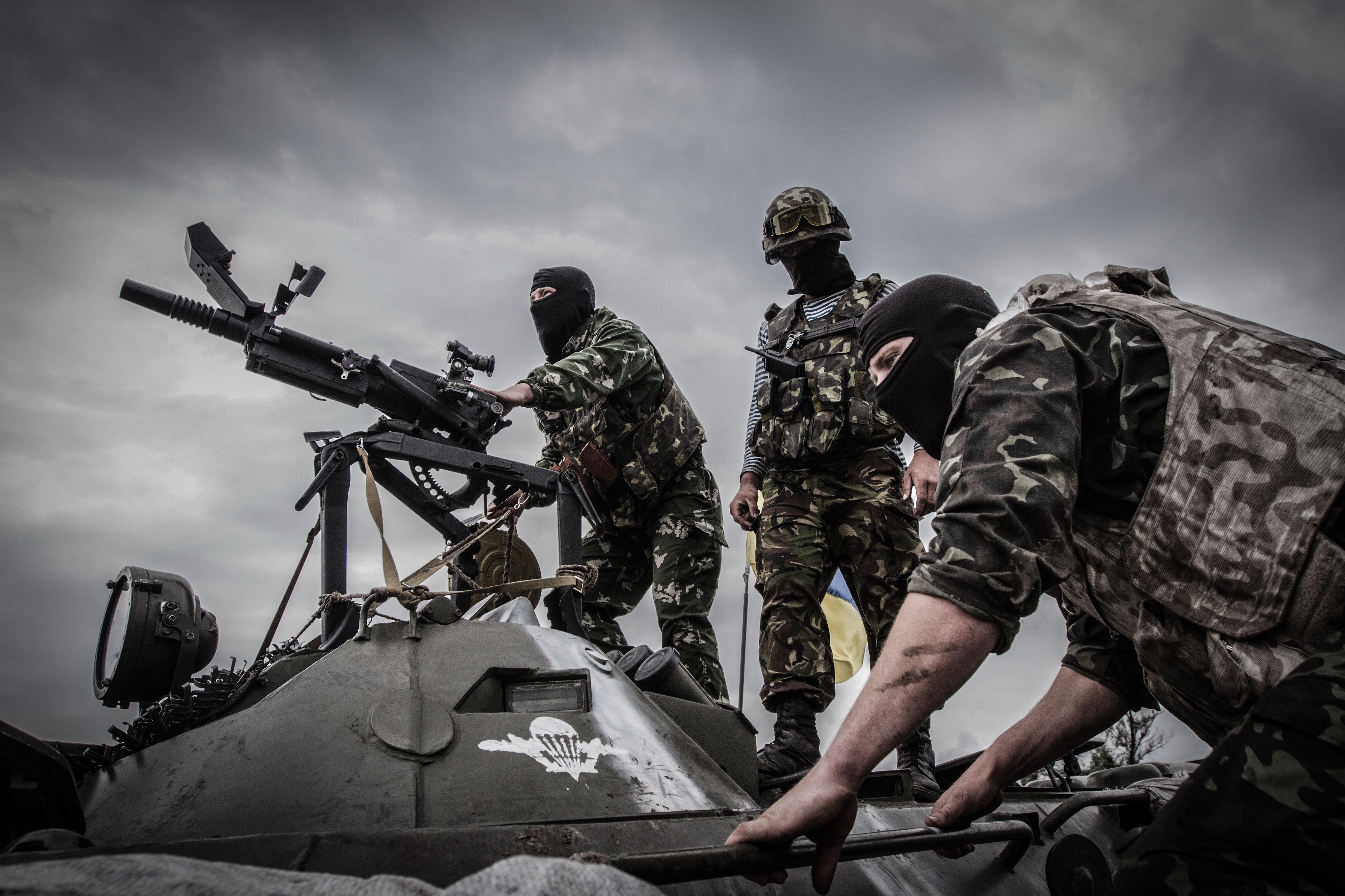 Солдаты украинской армии ведут прицельную стрельбу из гранатомета