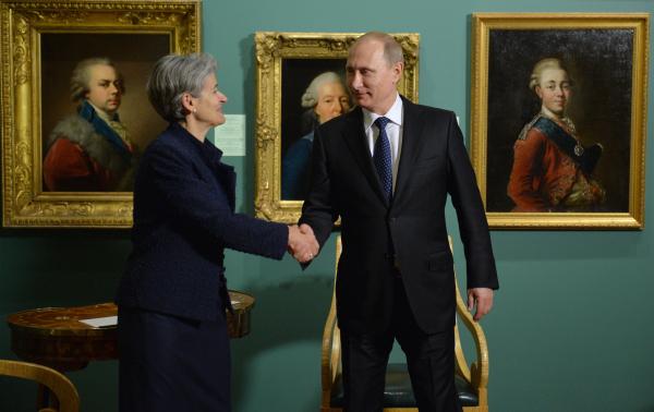 Владимир Путин и генеральный директор ООН по вопросам образования, науки и культуры (ЮНЕСКО) Ирина Бокова во время встречи