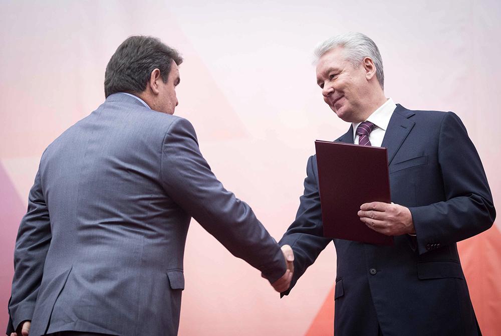 Сергей Собянин награждает представителя силовых структур