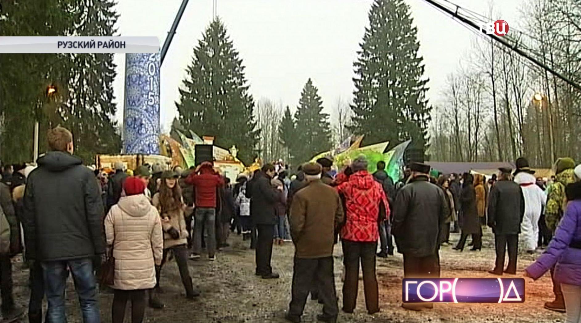 Люди провожают елку