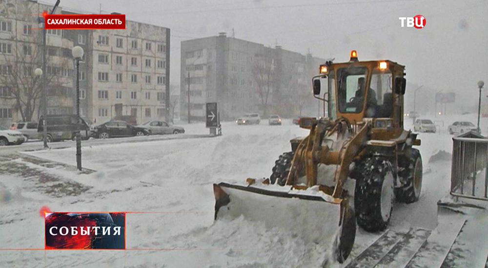 Коммунальщики Сахалинской области борются со снегопадом