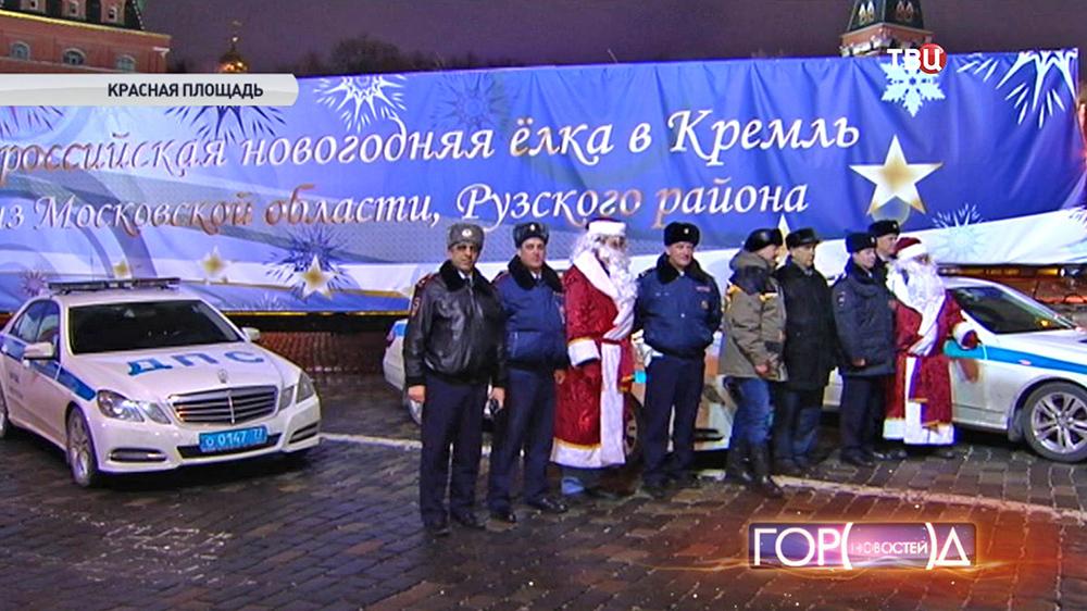 Инспекторы ДПС возле главной Новогодней елки страны