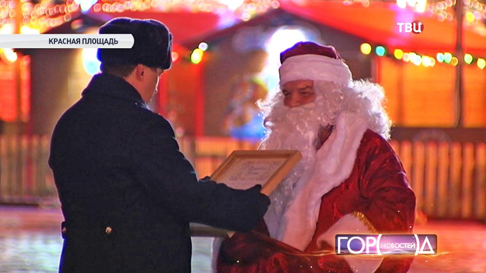 """Дед Мороз вручает """"Подорожную грамоту"""" офицер Кремлевской комендатуры"""