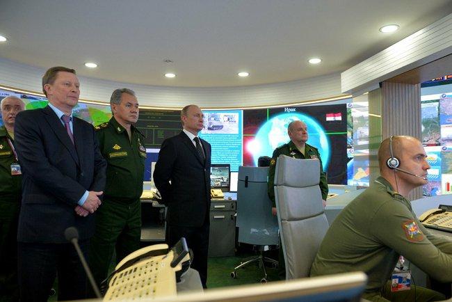 Владимир Путин во время посещения Национального центра управления обороной Российской Федерации