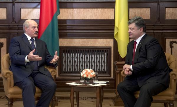 Президент Украины Петр Порошенко и президент Белоруссии Александр Лукашенко во время встречи