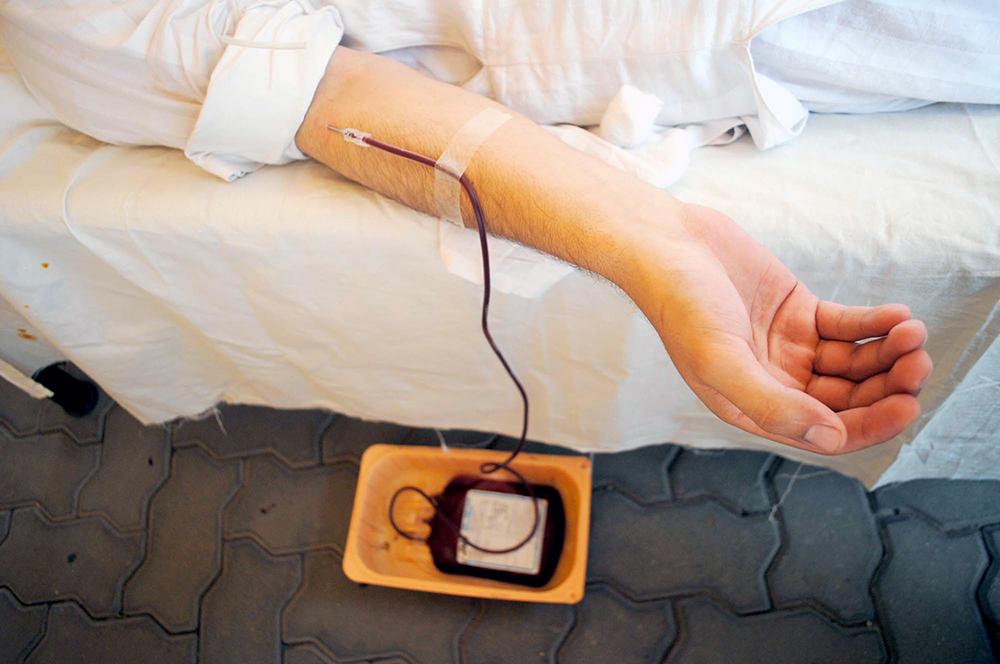 Донор сдаёт кровь