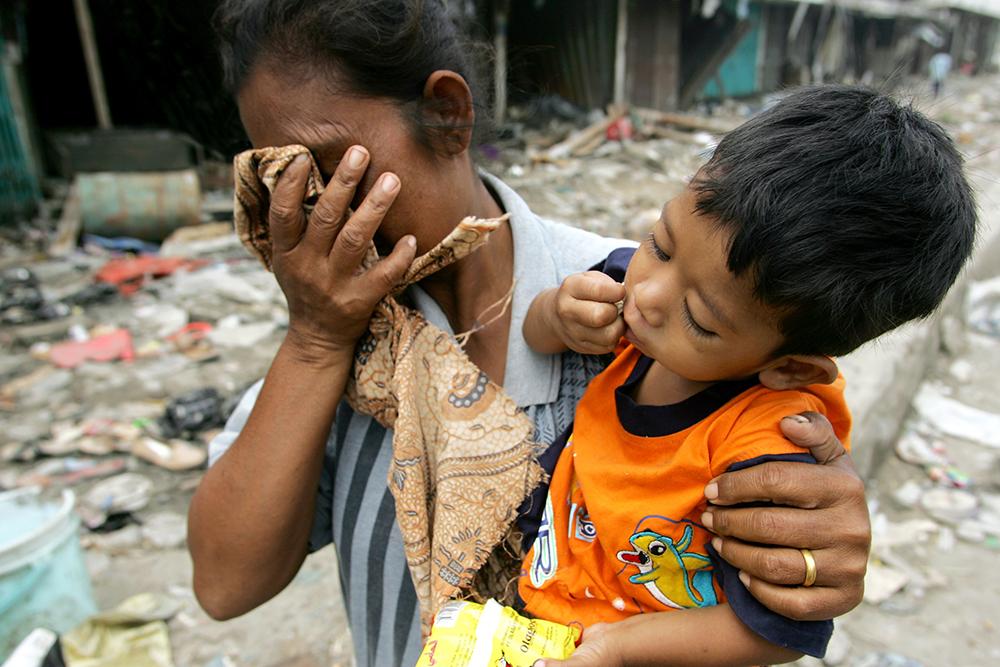 Жители Индонезии после цунами