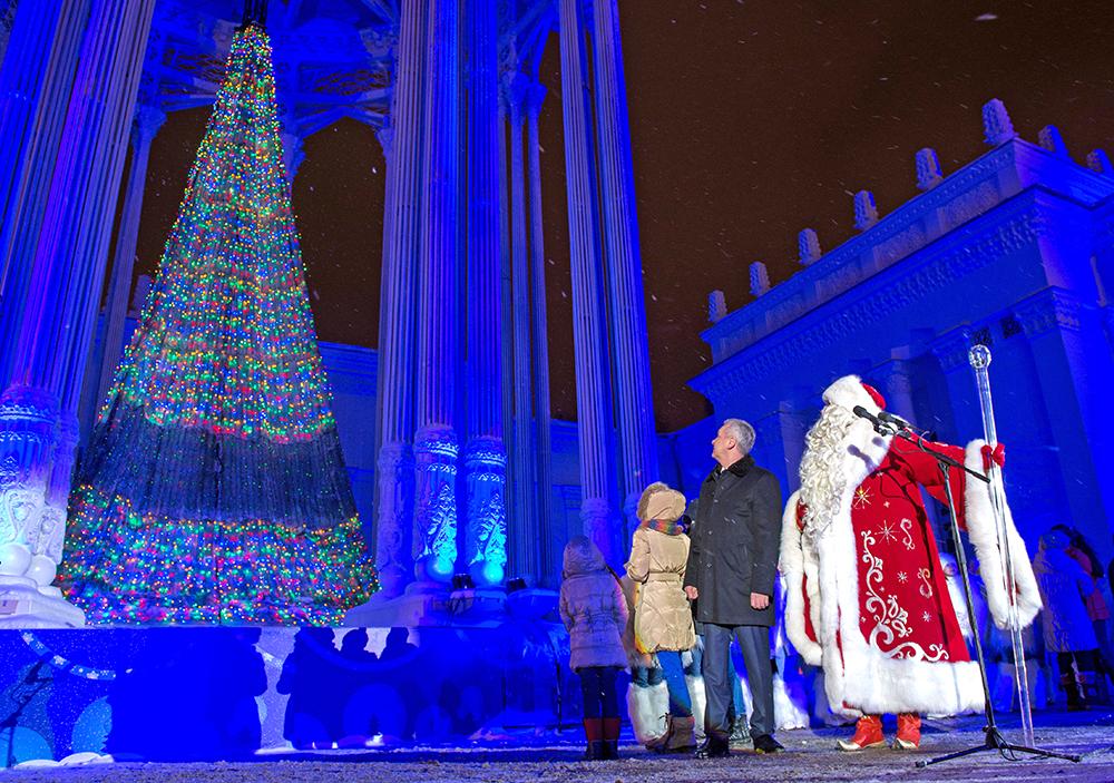 Дед Мороз и Сергей Собянин зажгли новогоднюю ёлку на ВДНХ
