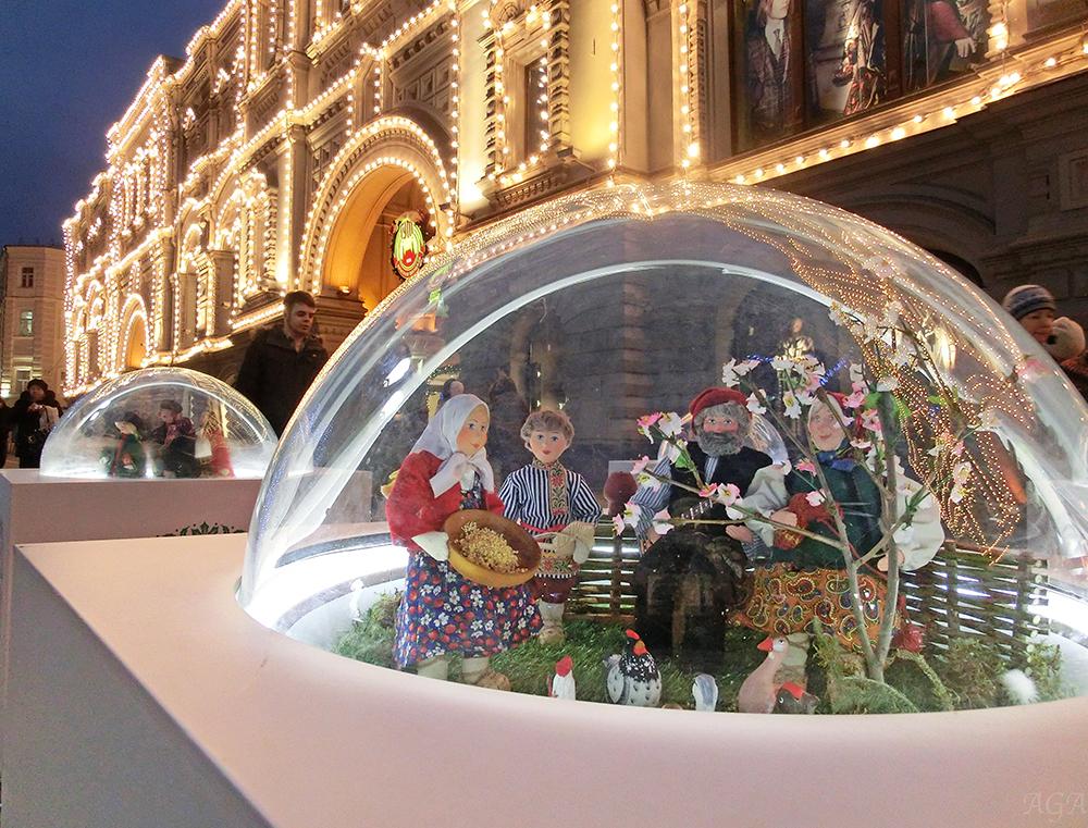 Новогодняя инсталляция у ГУМа