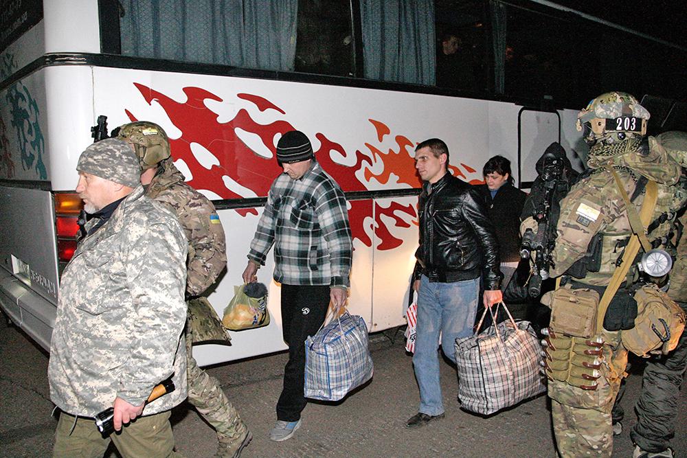 Обмен пленными между ополченцами и украинскими силовиками