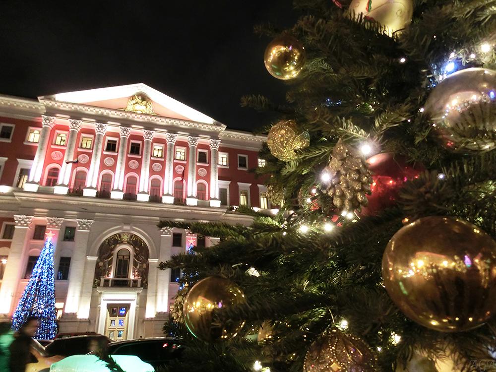 Новогодние украшения возле мэрии Москвы