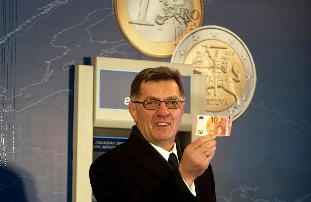 Премьер-министр Литвы Альгирдас Буткявичюс держит евро