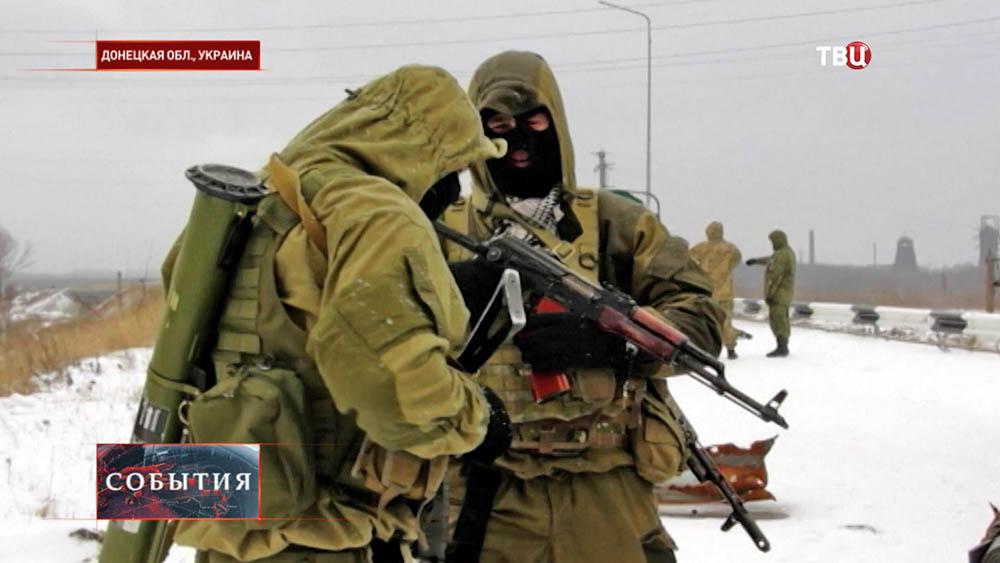 Бойцы народного ополчения в Донецкой области