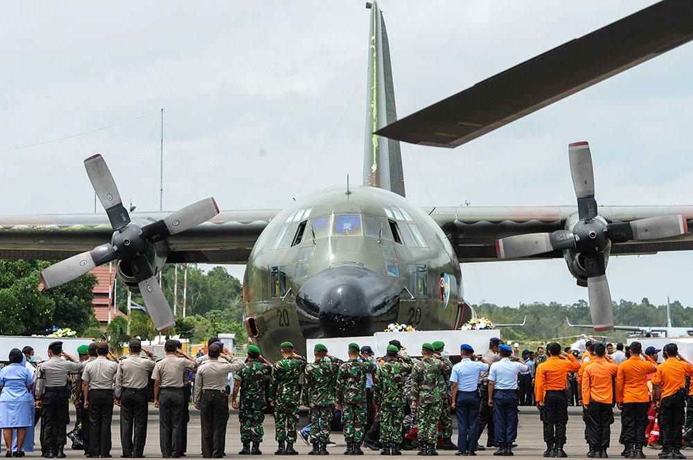 Эвакуация тел погибших пассажиров индонезийского лайнера AirAsia