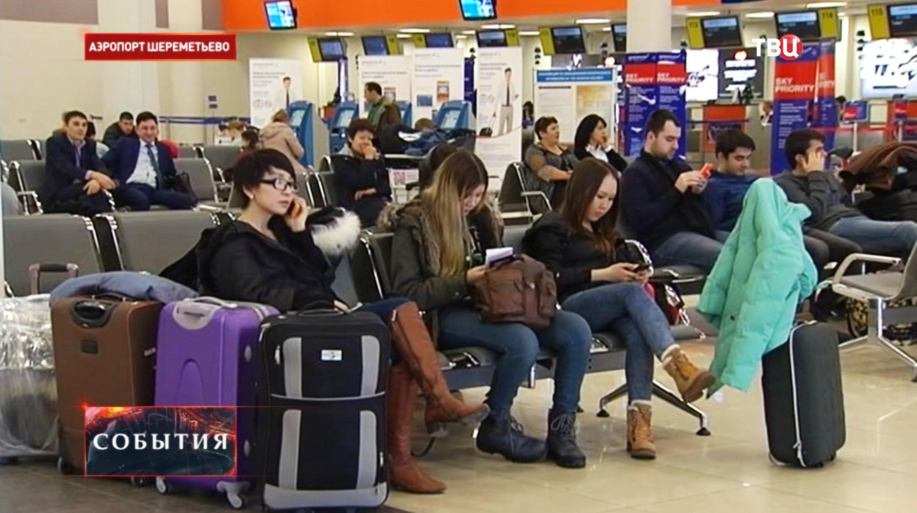 """Пассажиры в терминале аэропорта """"Шереметьево"""""""