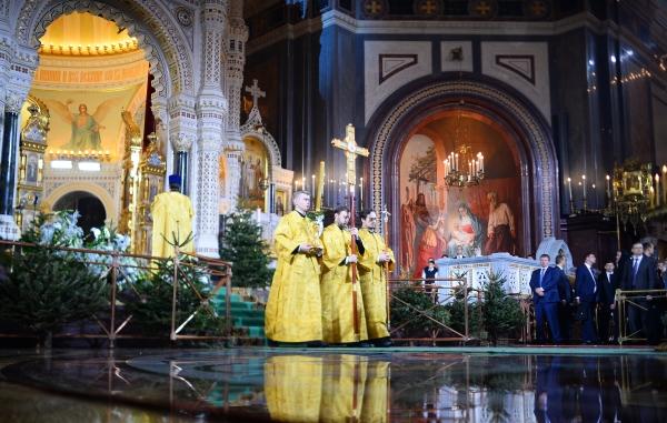 Священнослужители во время Рождественского богослужения в храме Христа Спасителя в Москве