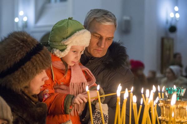Верующие во время Рождественского богослужения
