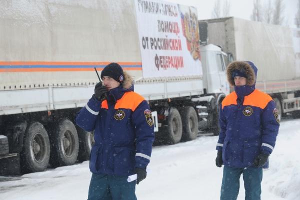 Сотрудники МЧС России у грузовых автомобилей с российской гуманитарной помощью