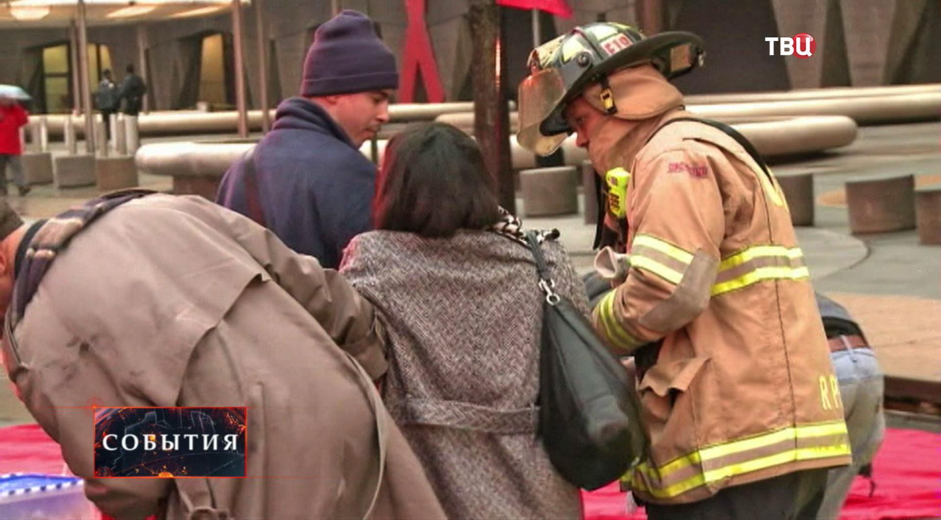 Спасатели оказывают помощь пострадавшим