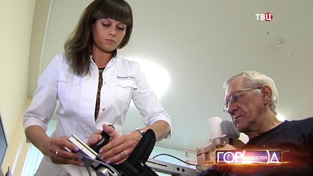 Врач и пациент восстановительного центра