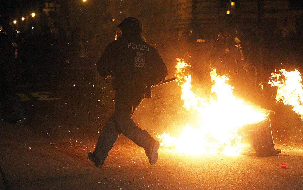 Полиция по время беспорядков в Германии