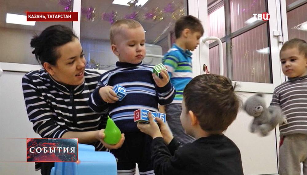 Найденный в Казани мальчик в детской комнате