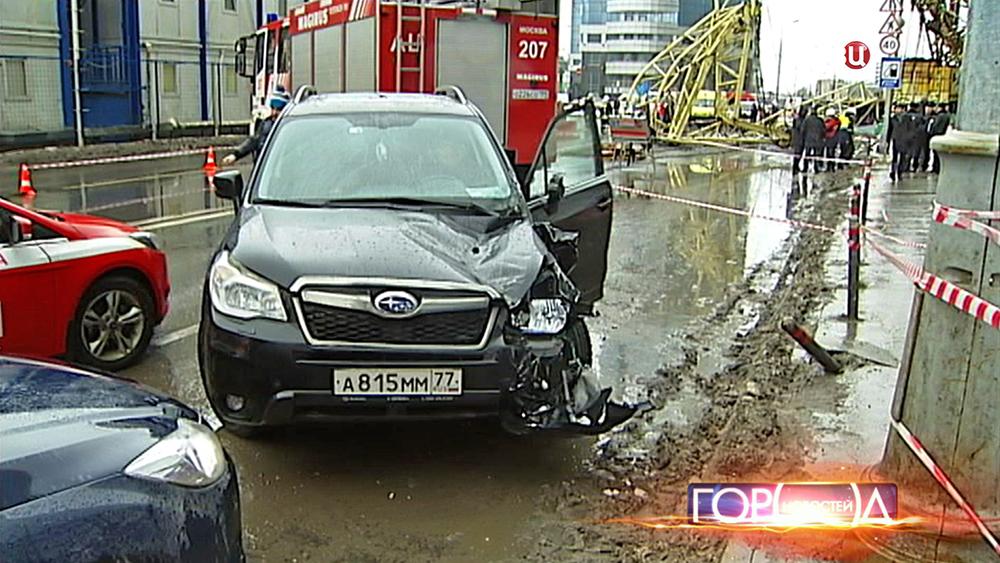 Упавший подъемный кран задел машину