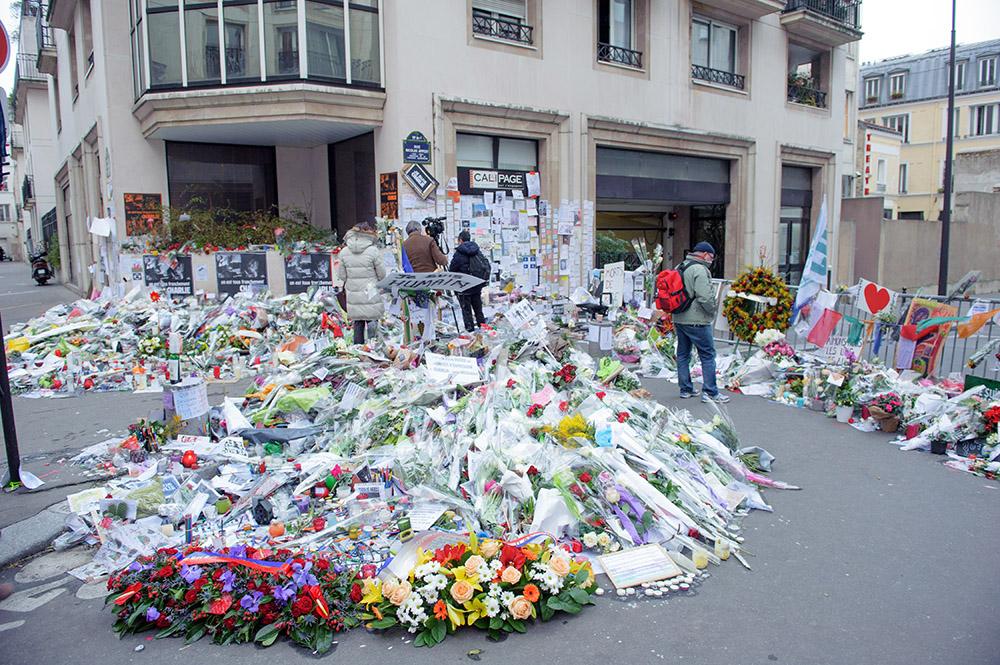 Цветы у здания редакции журнала Charlie Hebdo