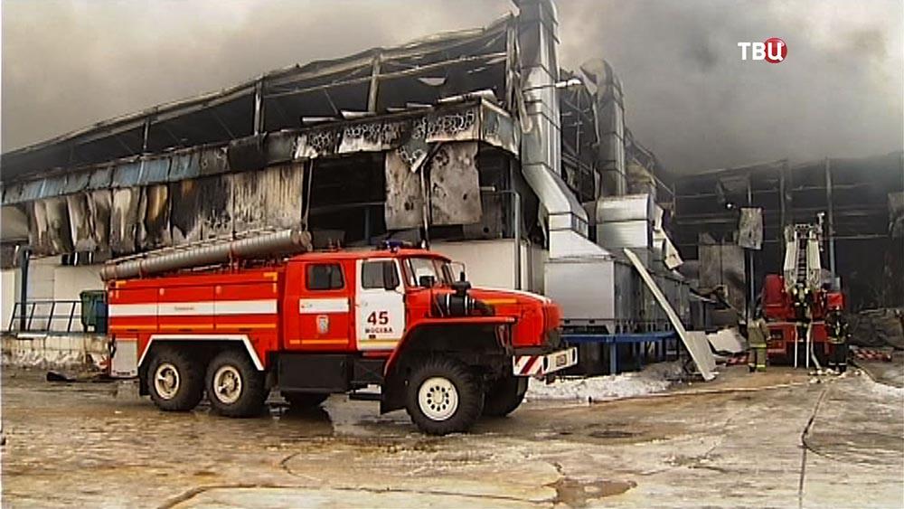 Пожарные на месте возгорания на заводе