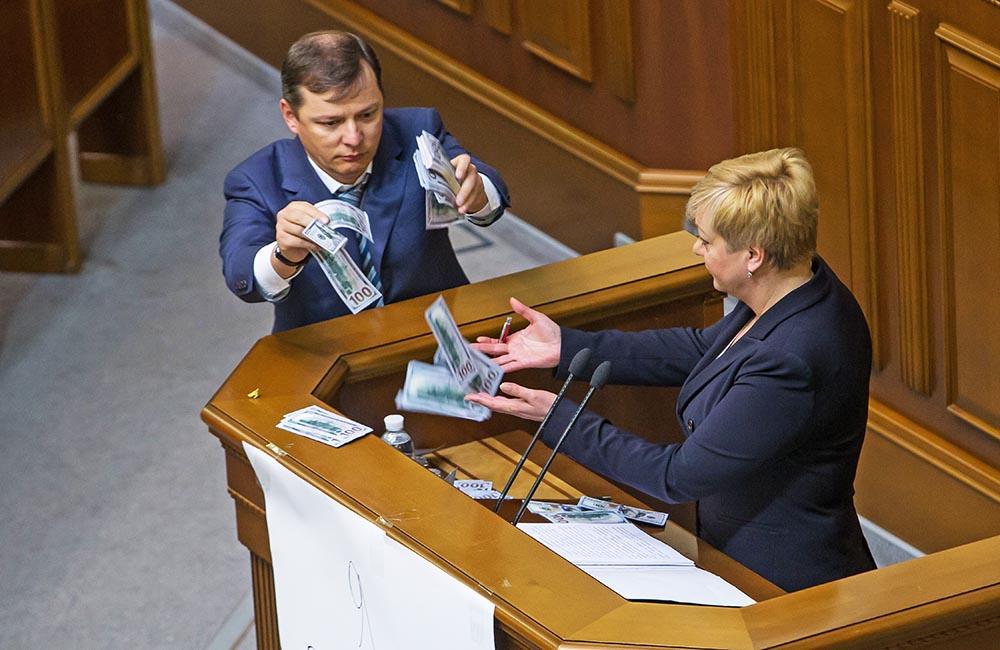 Олег Ляшко бросает денежные знаки в председателя Нацбанка Украины Валерию Гонтареву