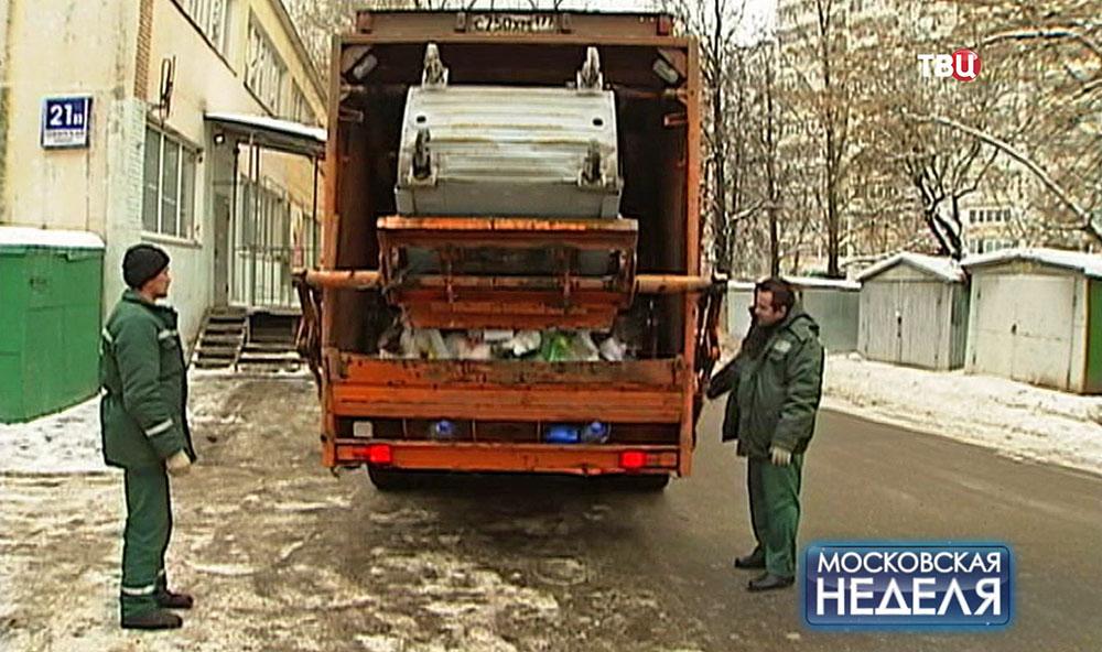 Мусоровоз вывозит отходы