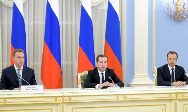 Председатель правительства России Дмитрий Медведев (в центре) проводит совещание по вопросу стабильного функционирования отраслей промышленности