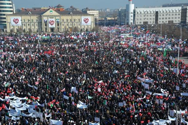 Верующие на акции протеста в Грозном