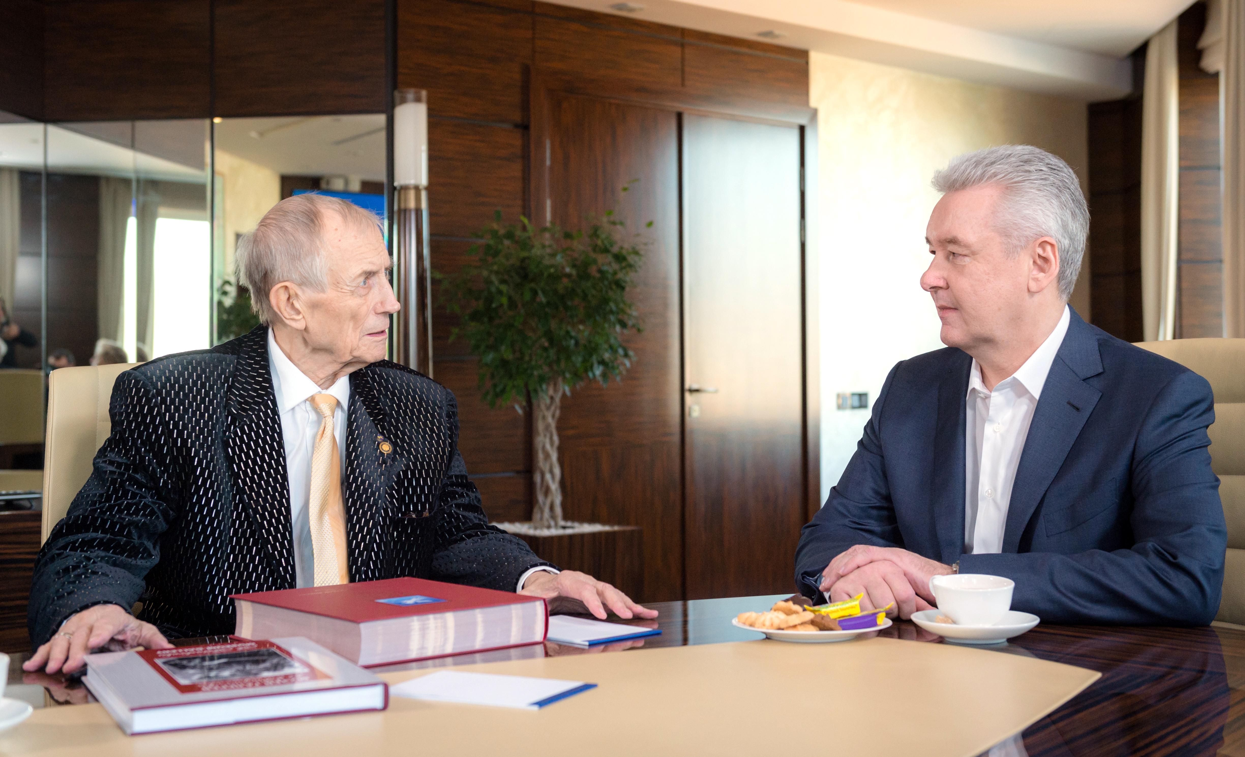 Мэр Москвы Сергей Собянин и поэт Евгений Евтушенко во время встречи