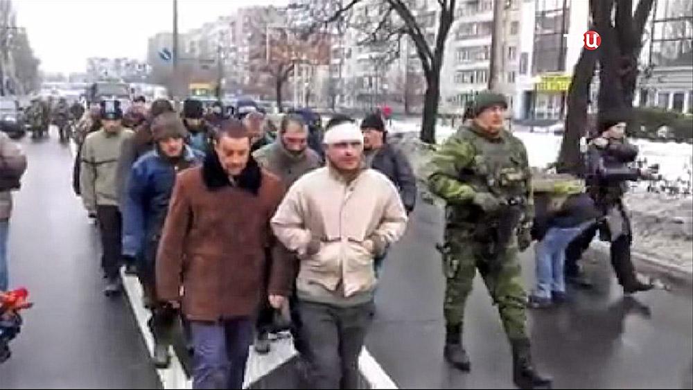 Народные ополченцы ДНР  провели пленных военнослужащих украинской армии по городу