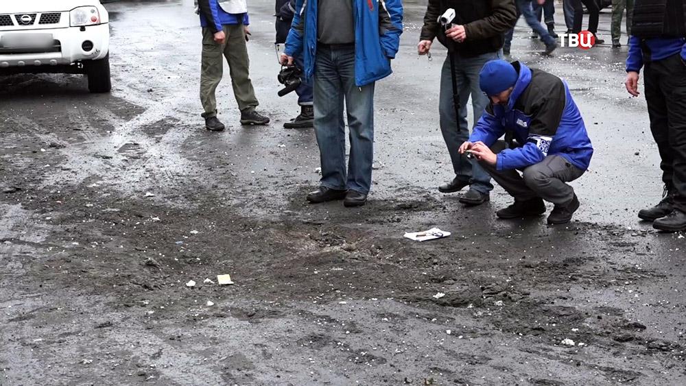 Наблюдатели ОБСЕ на месте обстрела троллейбуса в Донецке