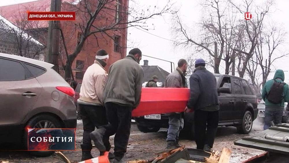 Передача тел погибших в аэропорту Донецка украинских военных