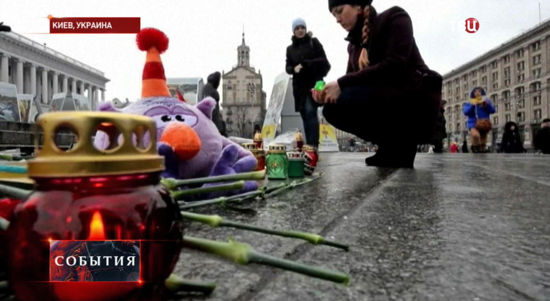 Цветы, свечки и игрушки в память о погибших