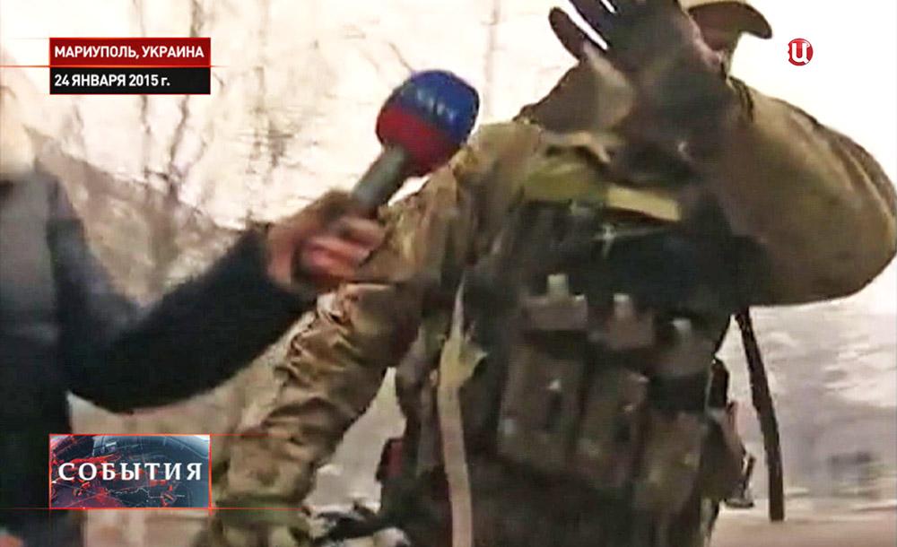 Иностранный наемник закрывает лицо от камеры