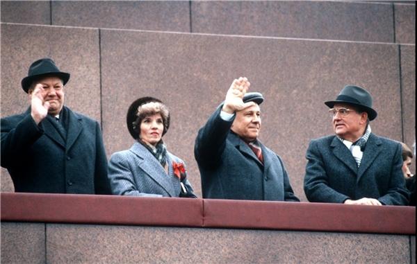 Борис Ельцин (первый слева), Егор Лигачёв (третий слева), Михаил Горбачёв (первый справа)
