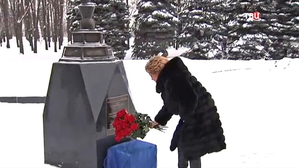 Валентина Матвиенко возлагает цветы у Мемориальной синагоги на Поклонной горе
