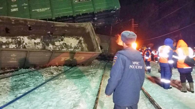 Сотрудники МЧС на месте схода грузовых вагонов