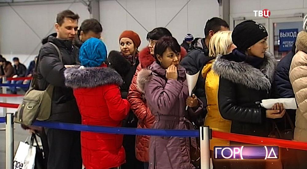 Мигранты в миграционном центре